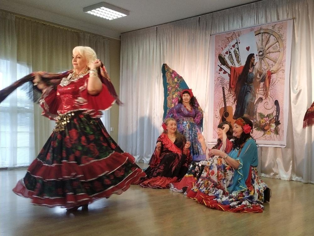 Цыганский, индийский и еврейский танцы исполнили вологжане старшего возраста на сцене Дома офицеров
